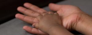 Adoption. Vuxen och barns hand