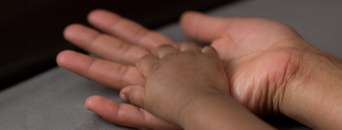 Adoption Psykolog. Vuxen och barns hand