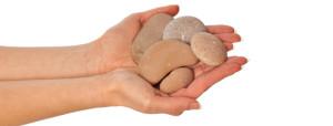 hand med stenar